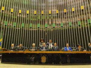 """Na manhã desta quinta-feira, 30, a Câmara dos Deputados recebeu uma delegação de parlamentares da Comissão de Agricultura Chinesa para participar de uma reunião com deputados do respectivo colegiado brasileiro. O convite foi uma iniciativa do deputado Fausto Pinato, que preside a Comissão de Agricultura e as Frentes Parlamentares Brasil-China e BRICS (Brasil, Rússia, Índia, China e África do Sul). """"Convidamos a delegação chinesa para conhecer um pouco sobre os trabalhos da nossa comissão e também para promovermos uma troca de experiências entre os dois parlamentos"""", afirmou o deputado. """"A China é a nossa principal parceira no agronegócio e tem ainda um vasto mercado a ser conquistado, a aproximação entre os dois países tem sido extremamente vantajosa para o Brasil. Somente no ano passado o comércio bilateral alcançou a marca de quase 100 bilhões de dólares"""", completou. O vice-presidente da Comissão de Agricultura Chinesa, Ma Zhongping, agradeceu o convite, lembrando que o vice-presidente do Brasil, Hamilton Mourão, tinha acabado de voltar de uma bem-sucedida viagem à China. Zhongping também salientou a importância da parceria entre os dois países. """"Somos bons parceiros estratégicos e a cooperação entre os dois países pode virar referência mundial para todos os países emergentes"""", destacou. Após a reunião, a delegação participou de uma visita guiada pela Câmara dos Deputados. O encontro foi encerrado com um almoço de boas-vindas com a presença dos deputados."""
